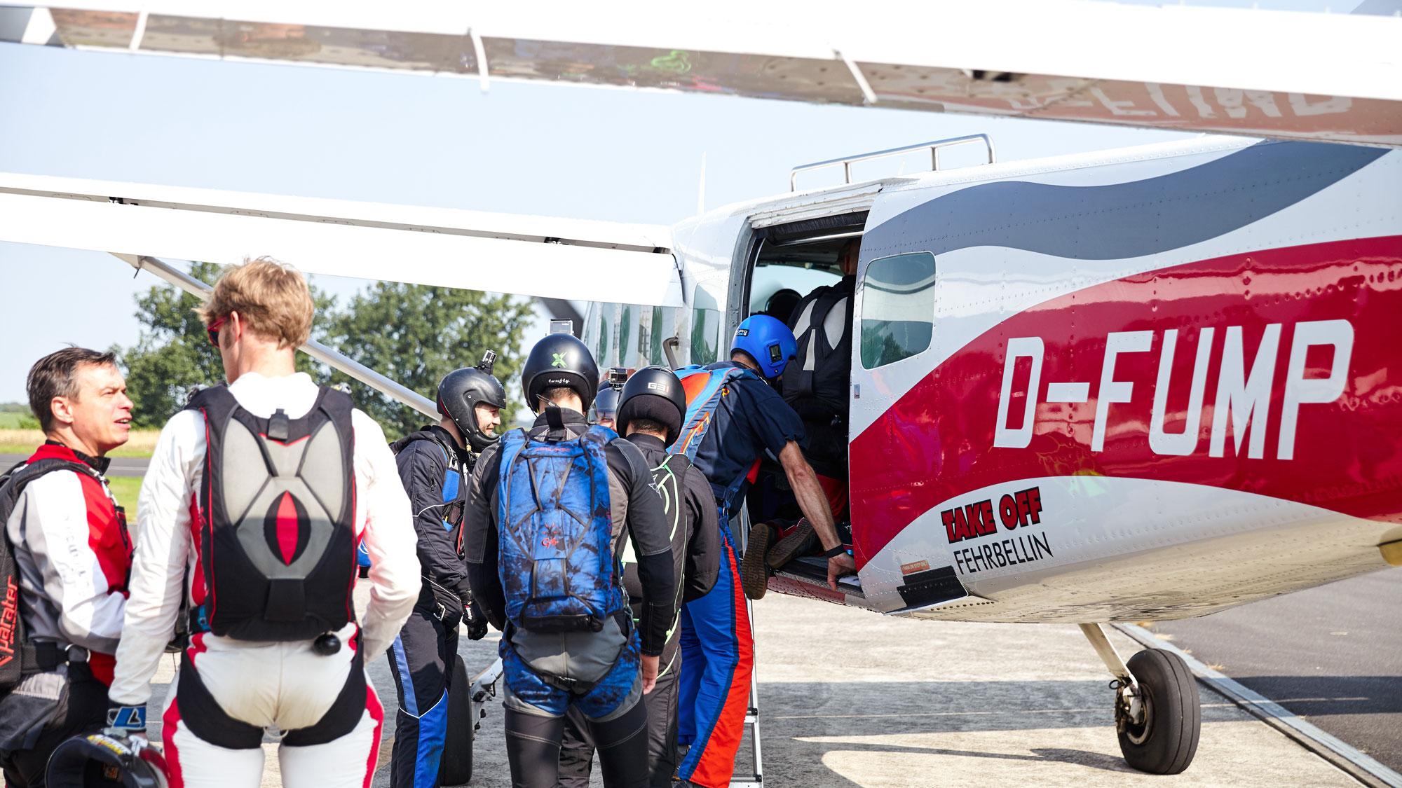 TAKE OFF - Fallschirmspringer steigen in die D-FUMP ein