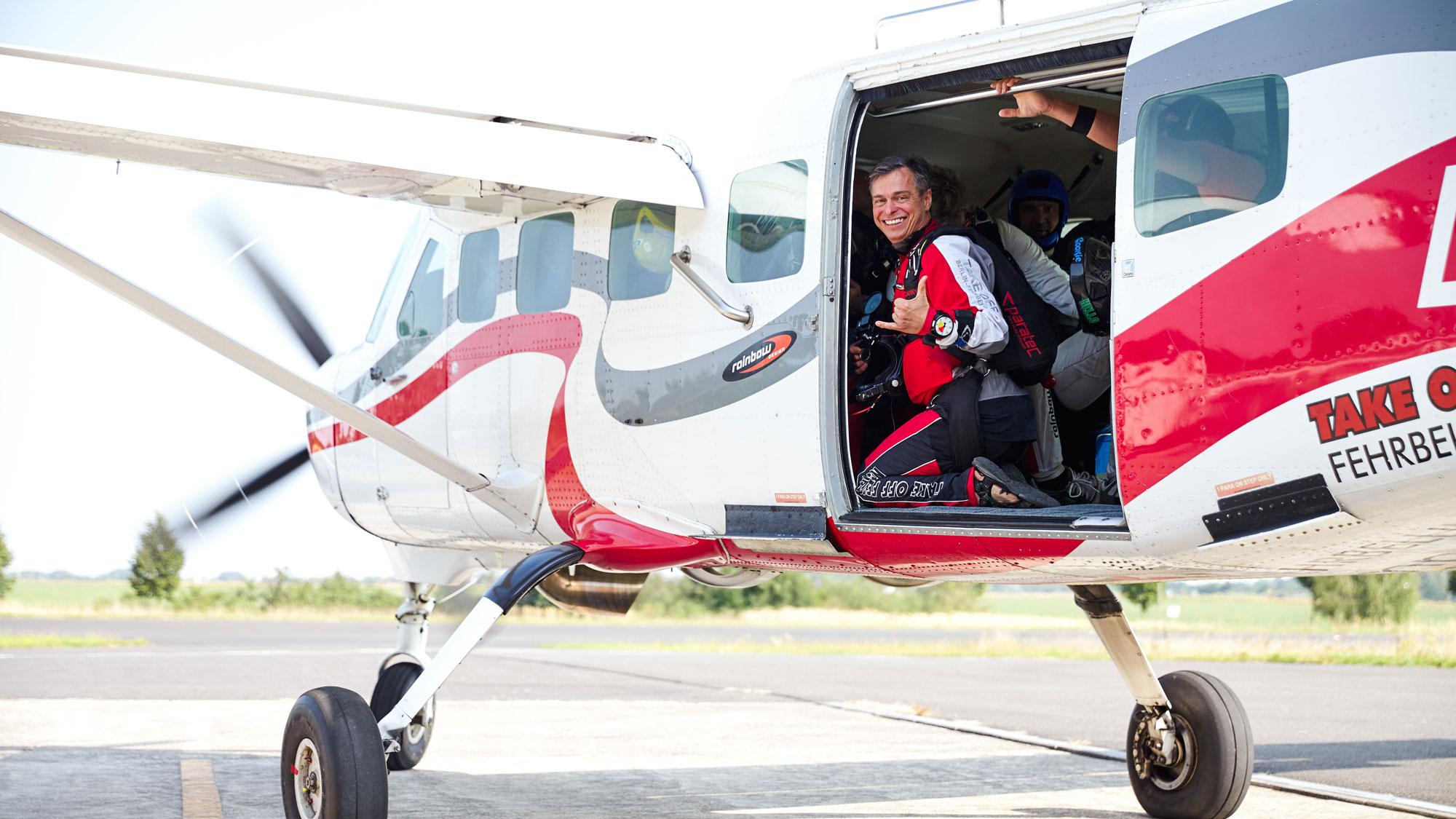 TAKE OFF - Fallschirmspringer in der Tür der hauseigenen Cessna Grand Caravan D-FUMP