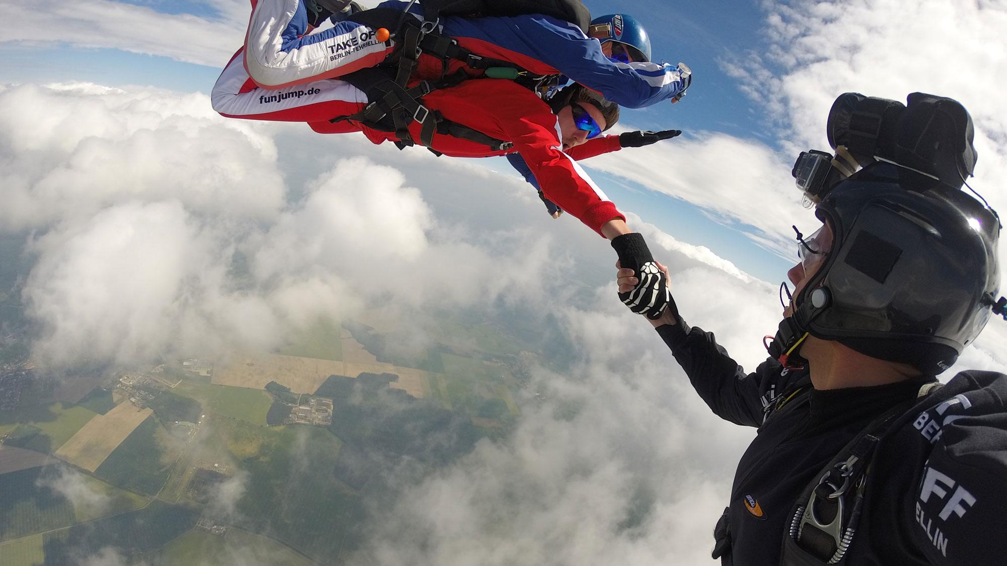 Take Off - Tandemspringer wird in der Luft von Kameramann gefilmt