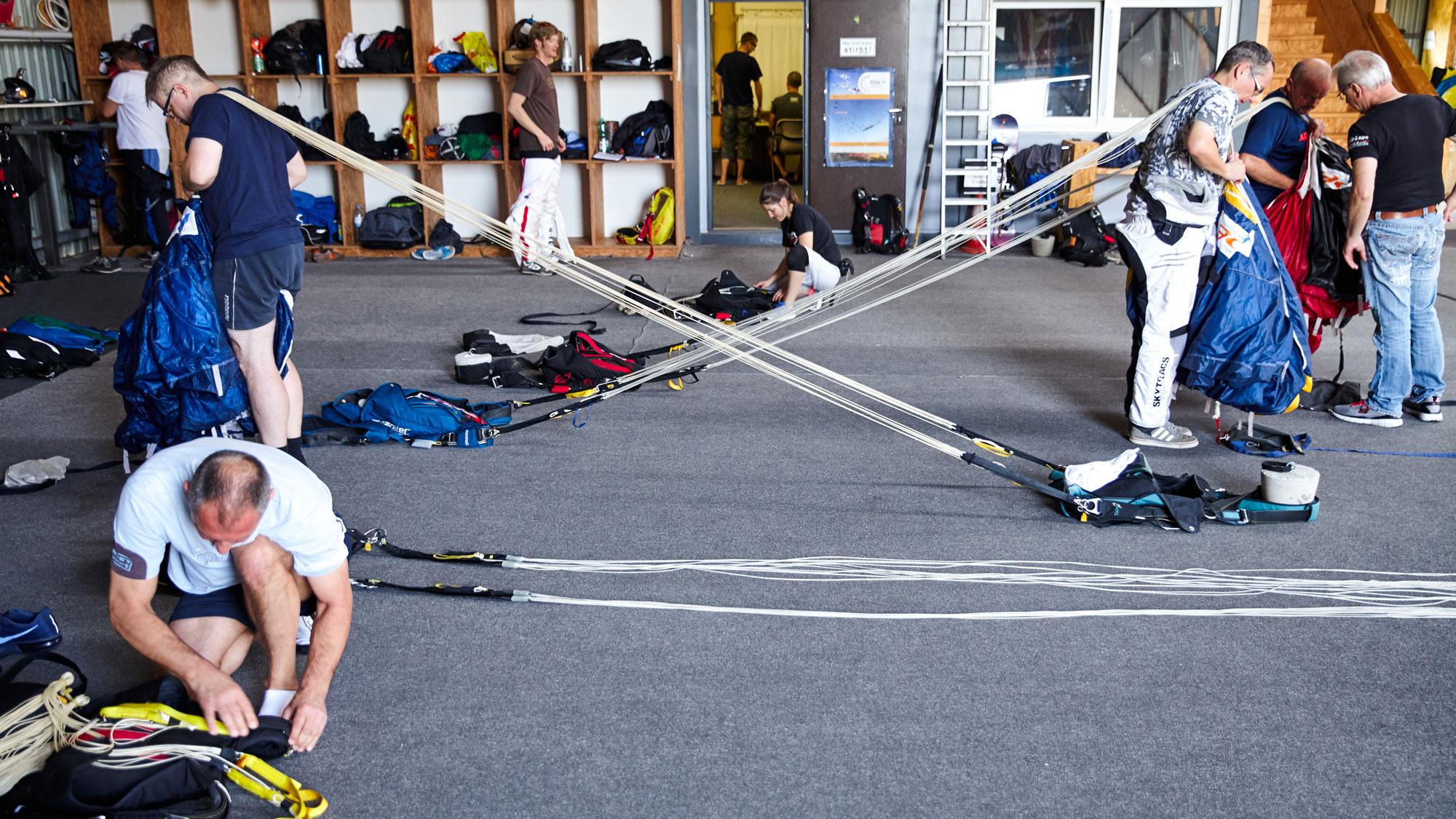 TAKE OFF Fehrbellin - Sportspringer beim gemeinsamen Packen im Hangar