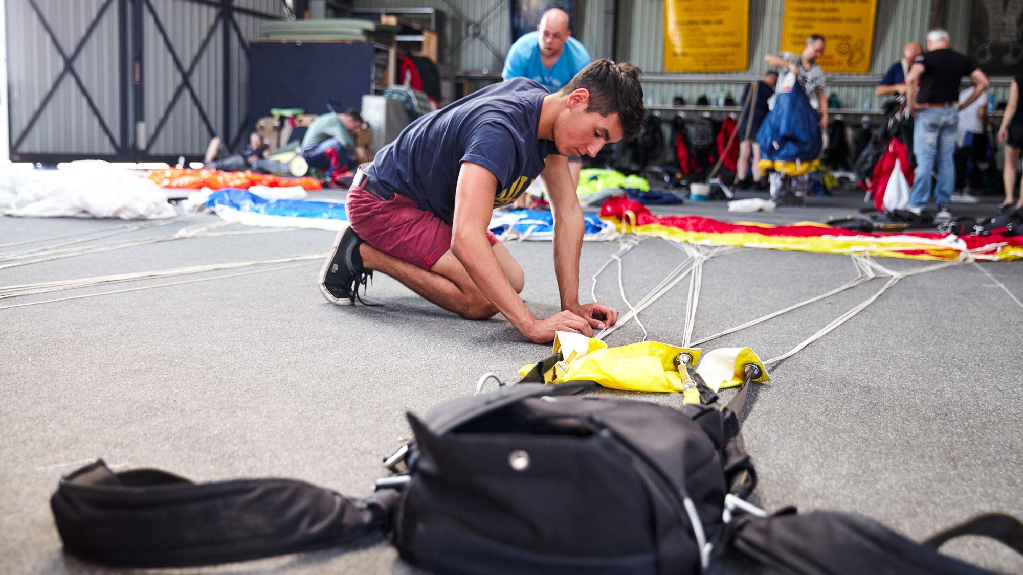 TAKE OFF Fehrbellin - Sportspringer beim Packen der Ausrüstung im Hangar