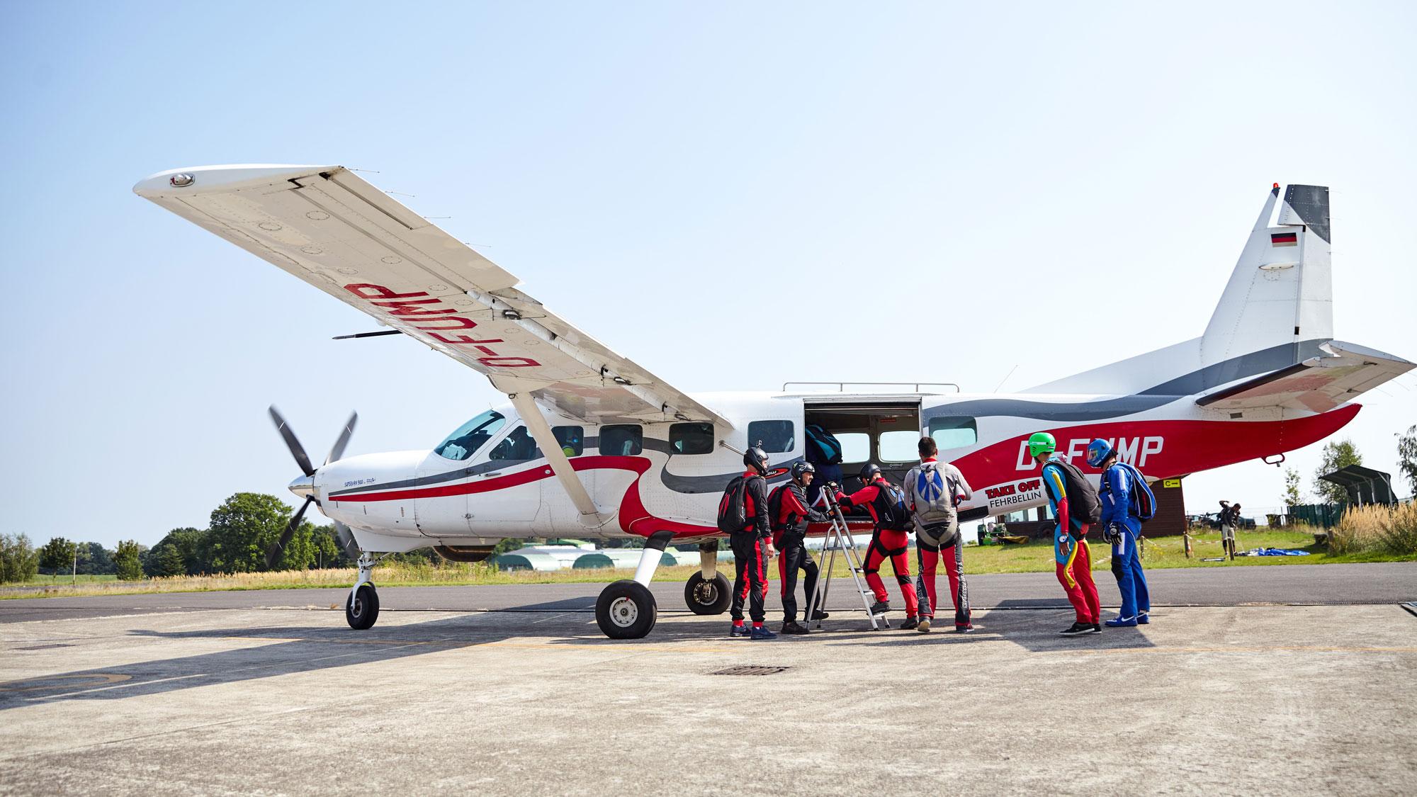 TAKE OFF Fehrbellin - Sportspringer beim Einstieg ins Flugzeug
