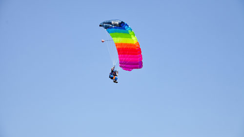 TAKE OFF Fehrbellin - Sportspringer mit buntem Fallchirm in der Luft
