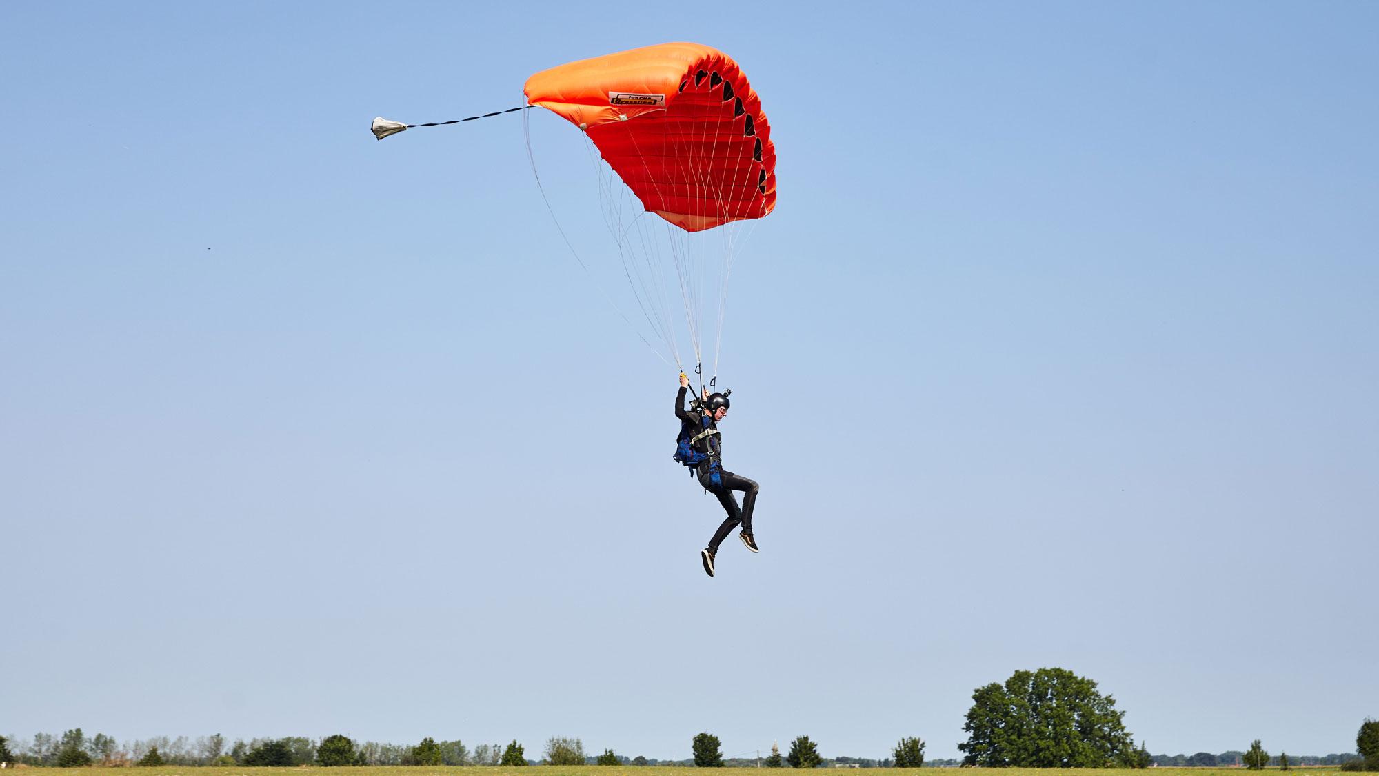 TAKE OFF Fehrbellin - Sportspringer kurz vor Landung auf dem Landeplatz