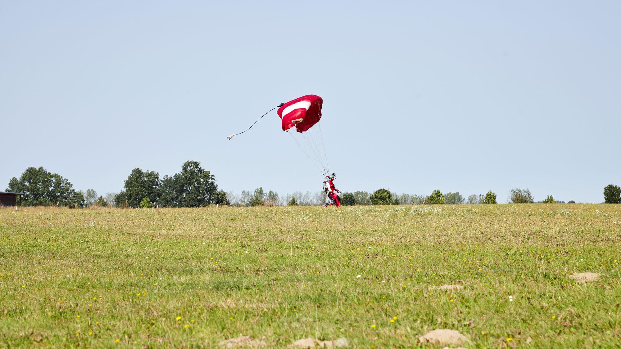 TAKE OFF Fehrbellin - Sportspringer bei der Landung auf dem Landeplatz