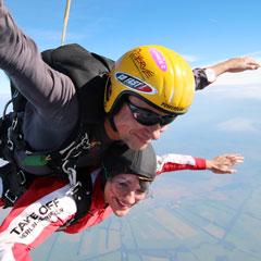 Eventtesterin Caroline von lebegeil.de bei ihrem Tandemsprung mit Pilot Peter.