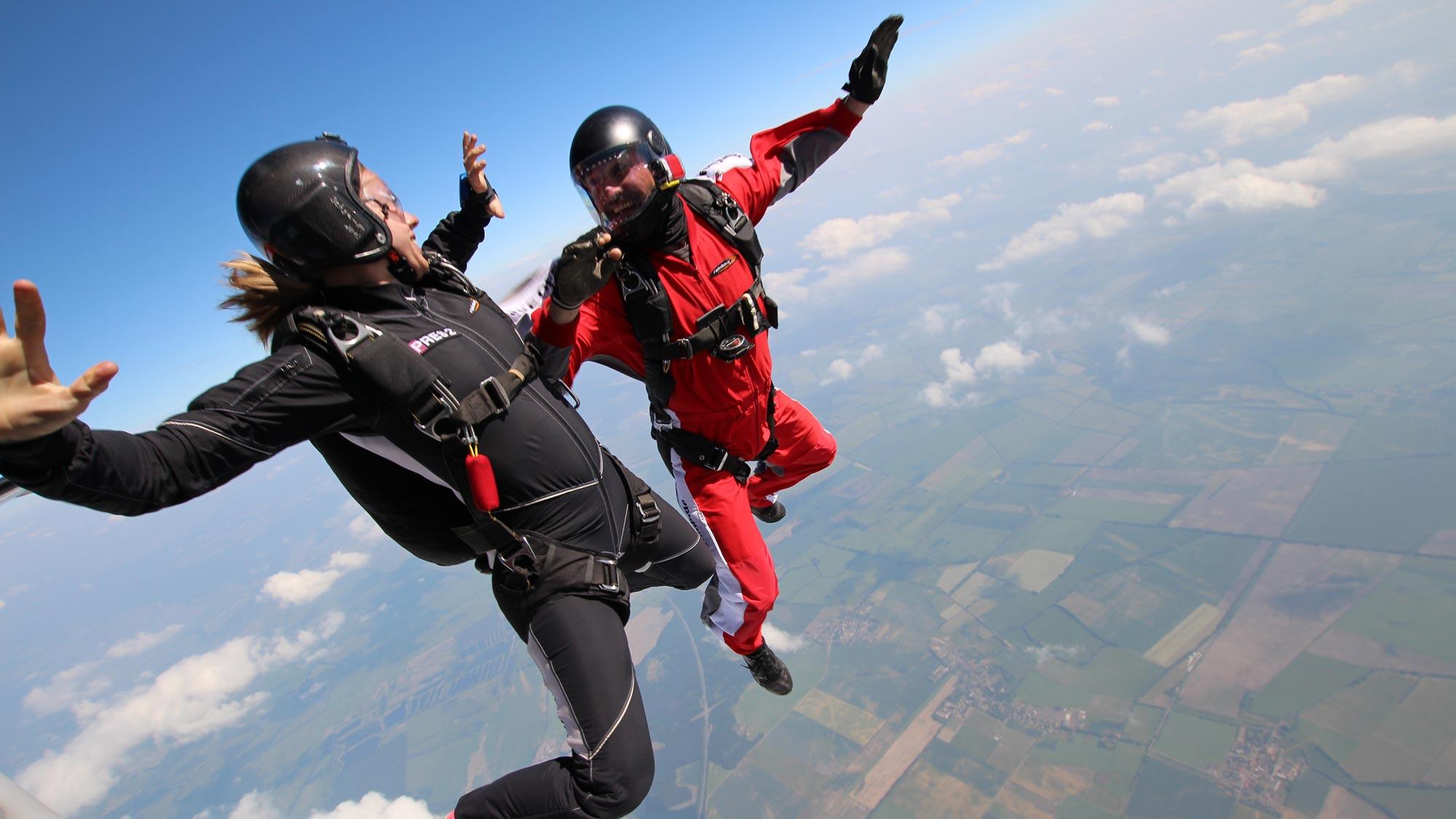 TAKE OFF Fehrbellin - Fallschirmspringerinmg und Trainer beim Intensivtraining für die AFF Ausbildung