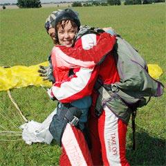 TAKE OFF Fallschirmsprung - Gast Kerstin nach dem Sprung