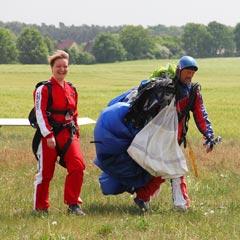 TAKE OFF Fallschirmsprung - Gast Nicole nach dem Sprung