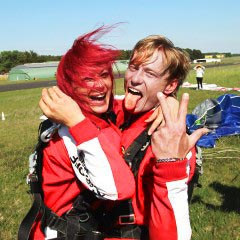 TAKE OFF Fallschirmsprung - Gäste Stefanie & Stephan nach dem Sprung