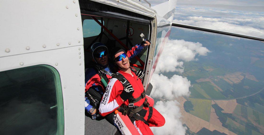 TAKE Off Berlin - Tandemspringen - Tandemteam beim Absprung aus dem Flugzeug