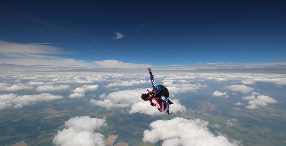 TAKE Off Berlin - Tandemspringen - Tandemspringer im freiem Fall über den Wolken