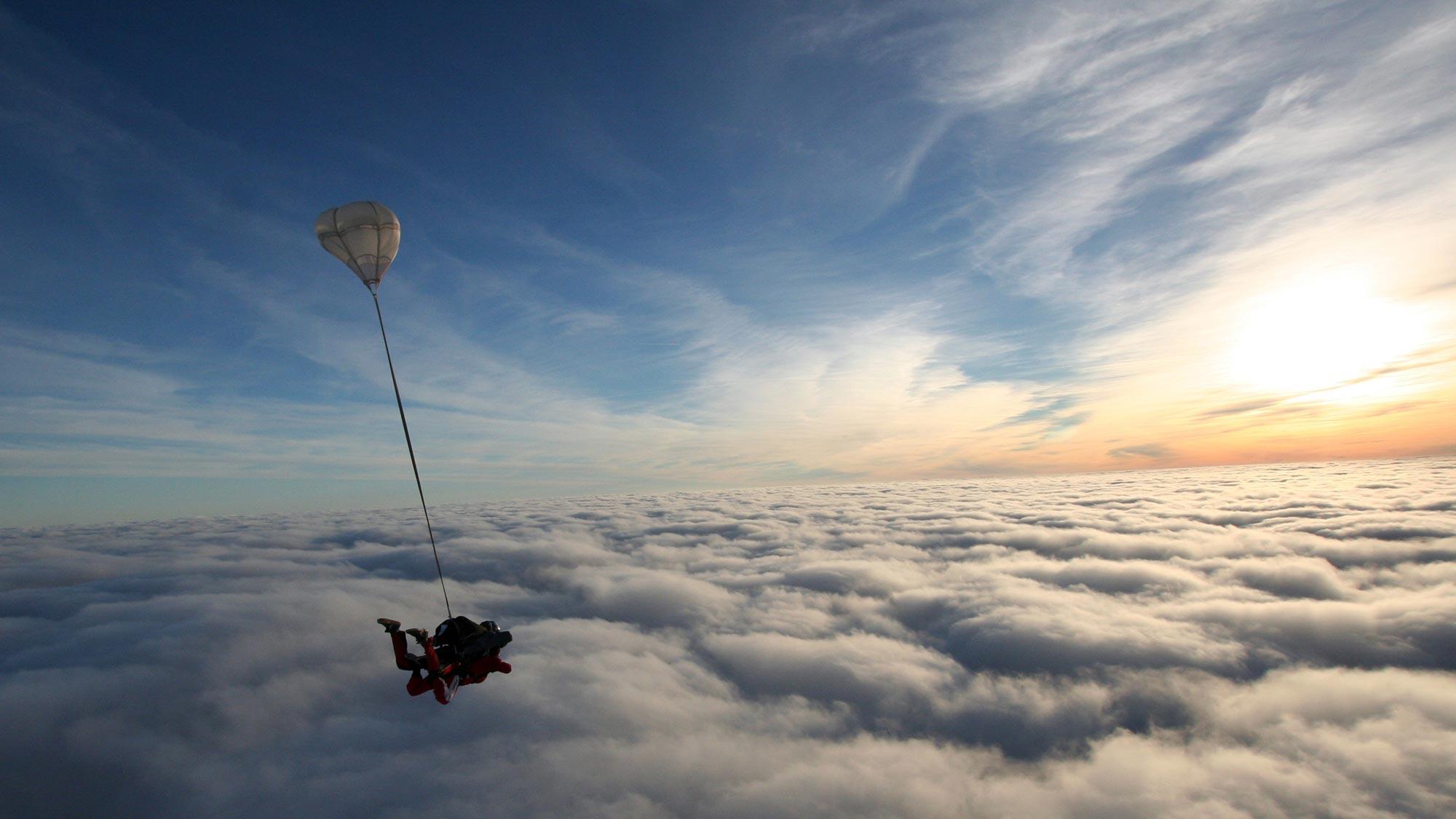 TAKE Off Berlin - Tandemspringen - Tandemspringer über dichter Wolkendecke