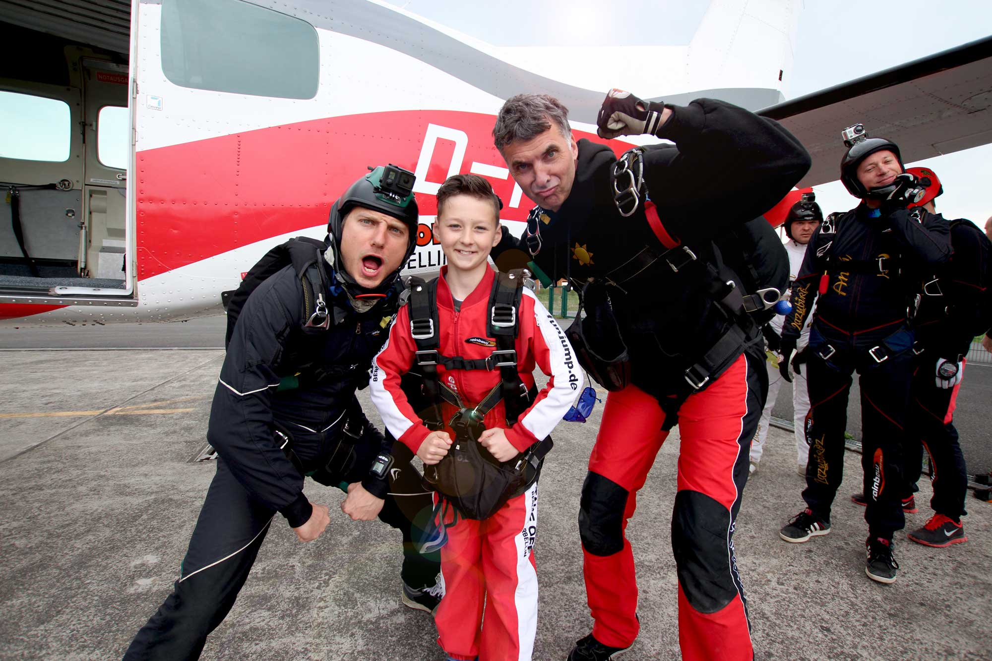 TAKE Off Berlin - Tandemspringen - Kind mit Tandempiloten kurz vor dem Sprung