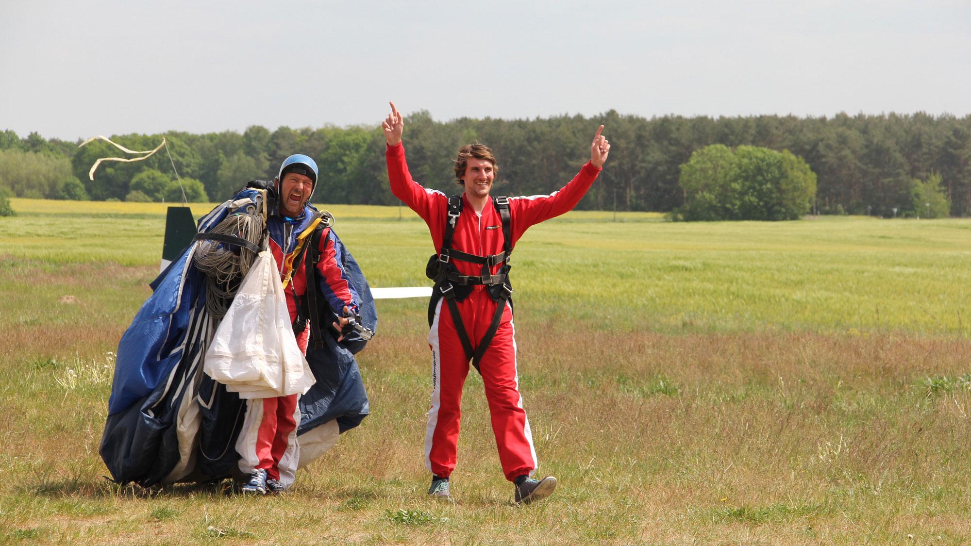 TAKE Off Berlin - Tandemspringen - Tandemgast ist glücklich nach dem Sprung