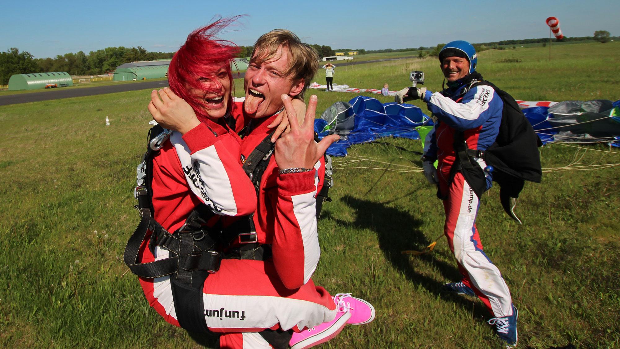 TAKE Off Berlin - Tandemspringen - Gäste-Paar posiert nach dem Sprung