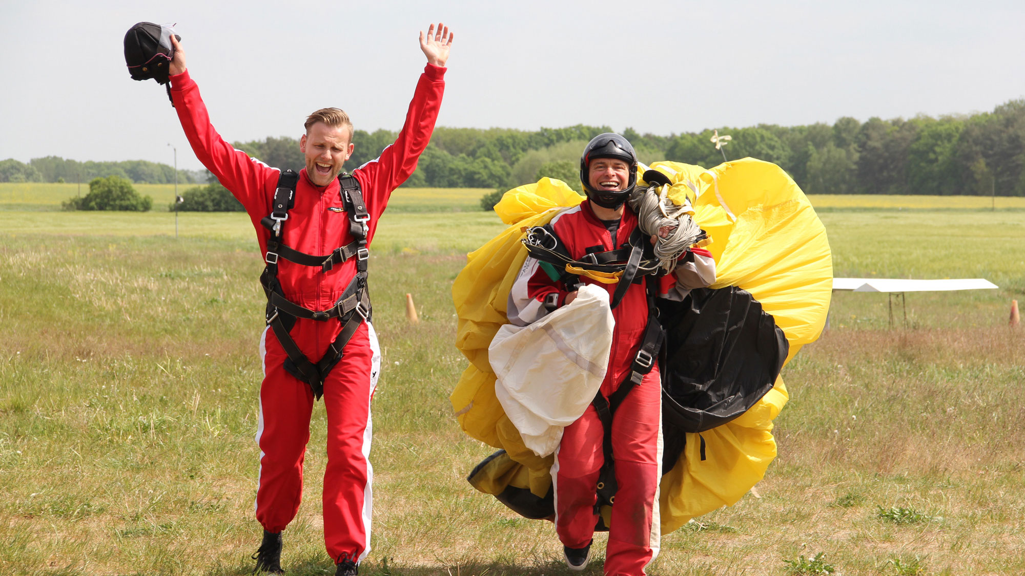 TAKE Off Berlin - Tandemspringen - Tandemgast jubelt nach der Landung