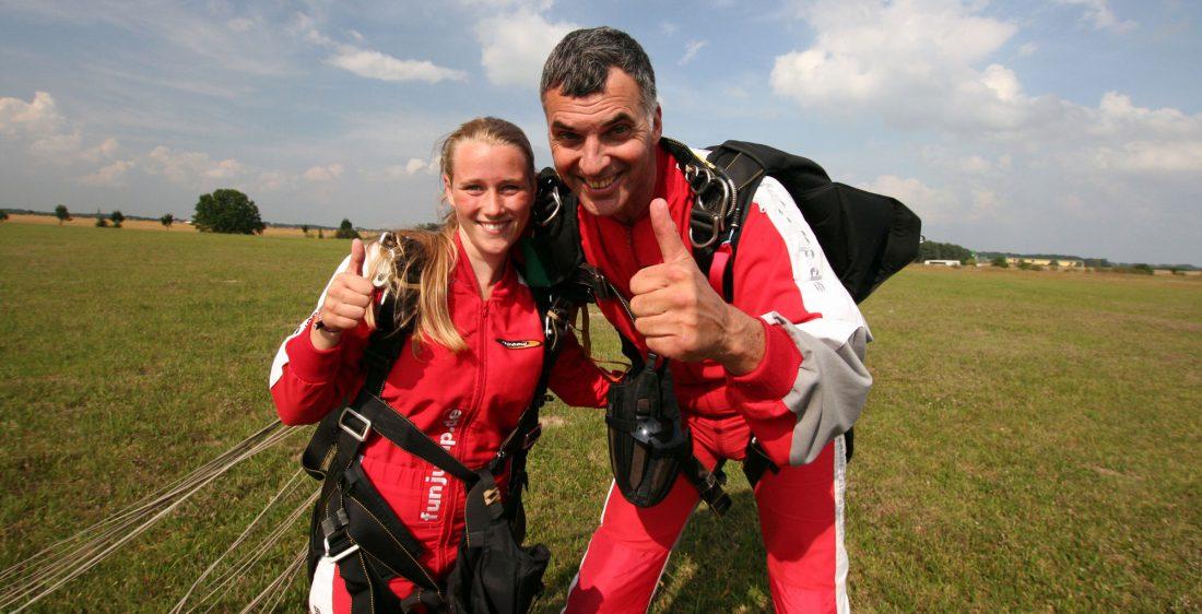 TAKE Off Berlin - Tandemspringen - Gast & Tandempilot posieren nach dem Sprung