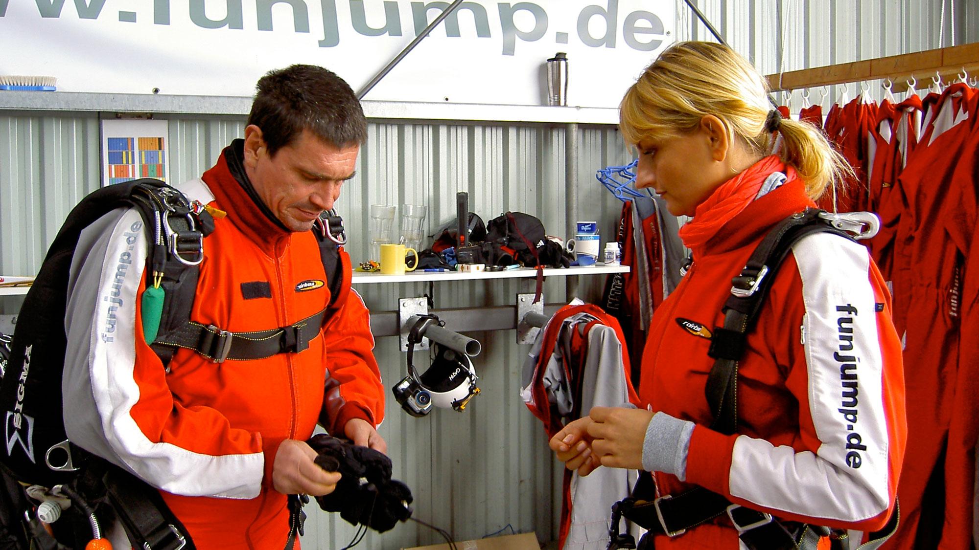 TAKE Off Berlin - Tandemspringen - Tandemgast wird von Tandempilot auf den Sprung vorbereitet