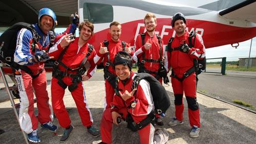 Team Event - Tandemspringer-Gruppe kurz vor dem Einstieg ins Flugzeug