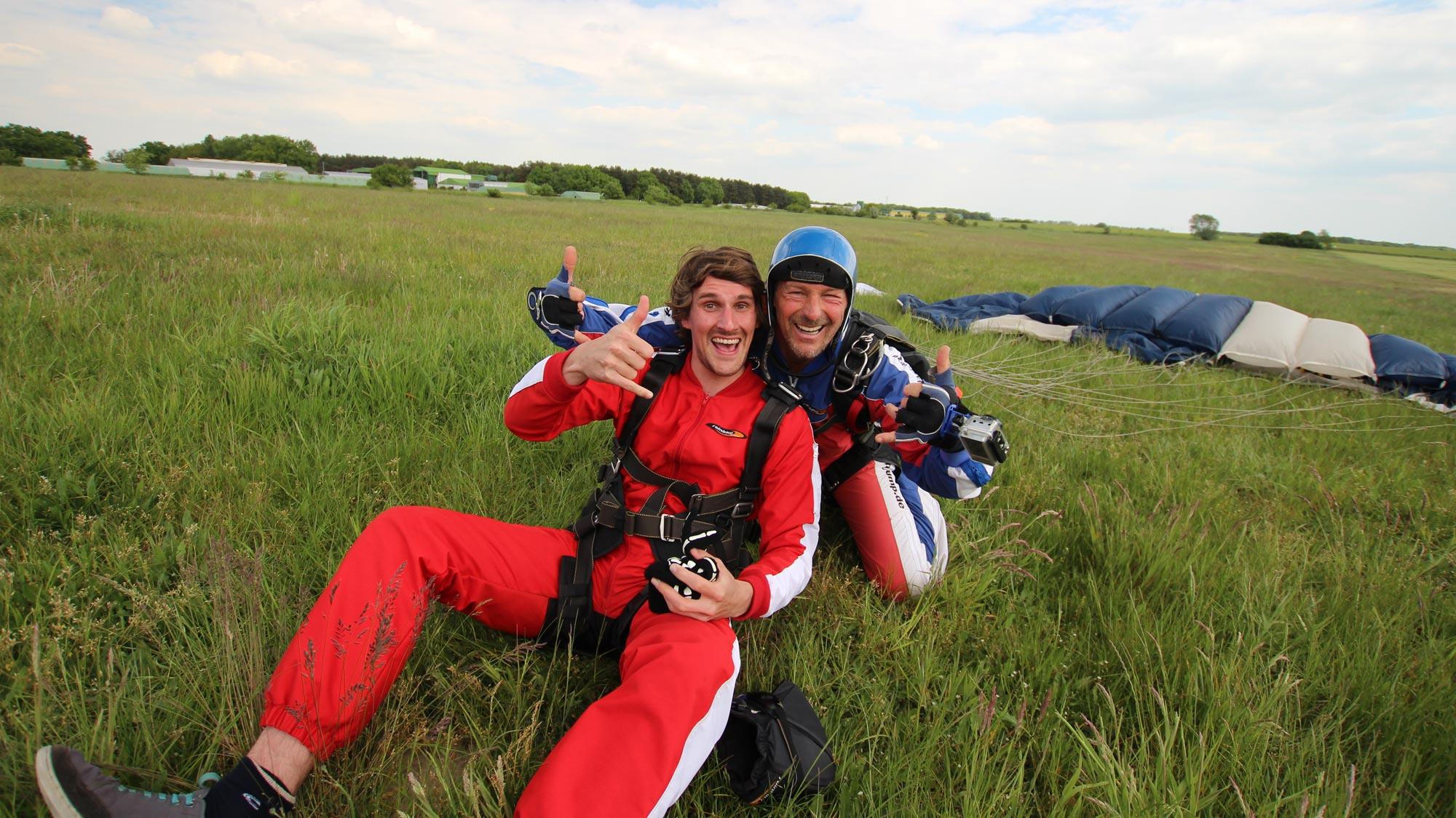 Teamevent Tandemspringen bei TAKE OFF: Teammitglied glücklich bei der Landung