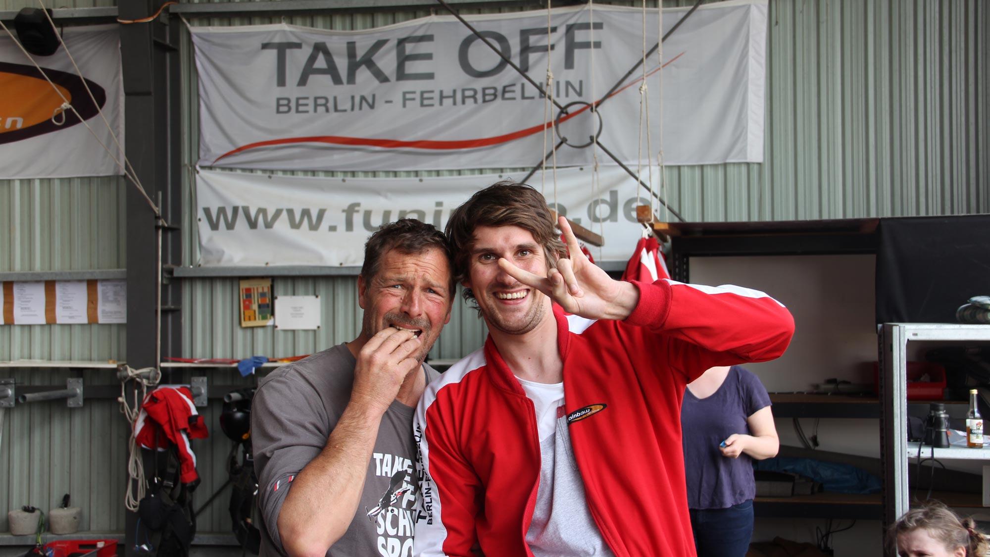 "Team Event Fallschirmspringen Berlin bei TAKE OFF - Teammitglied vor dem Sprung - Tandempilot hat ""Angst"""