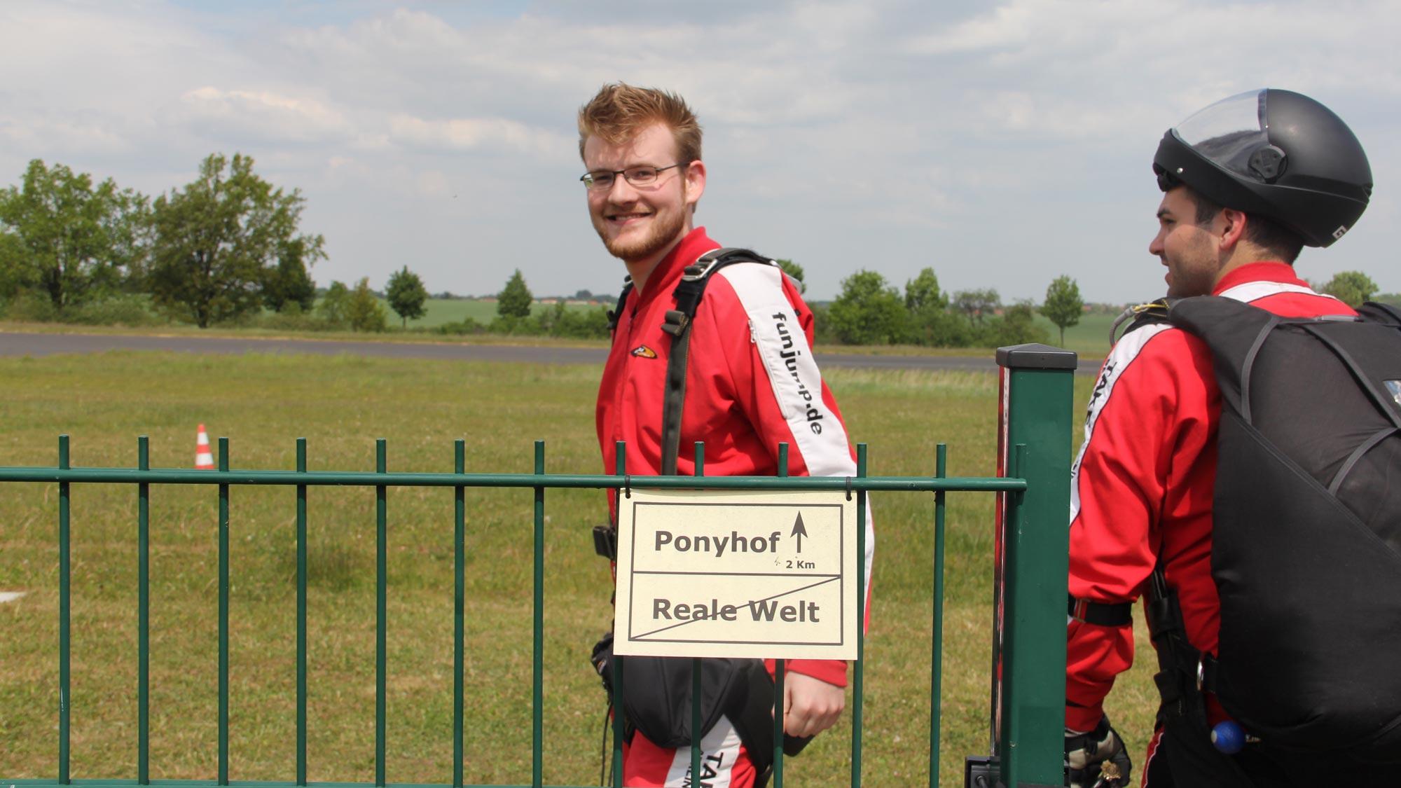"""Team Event Berlin: Tandemspringer auf dem Weg zum Flugzeug, raus aus der """"realen"""" Welt"""