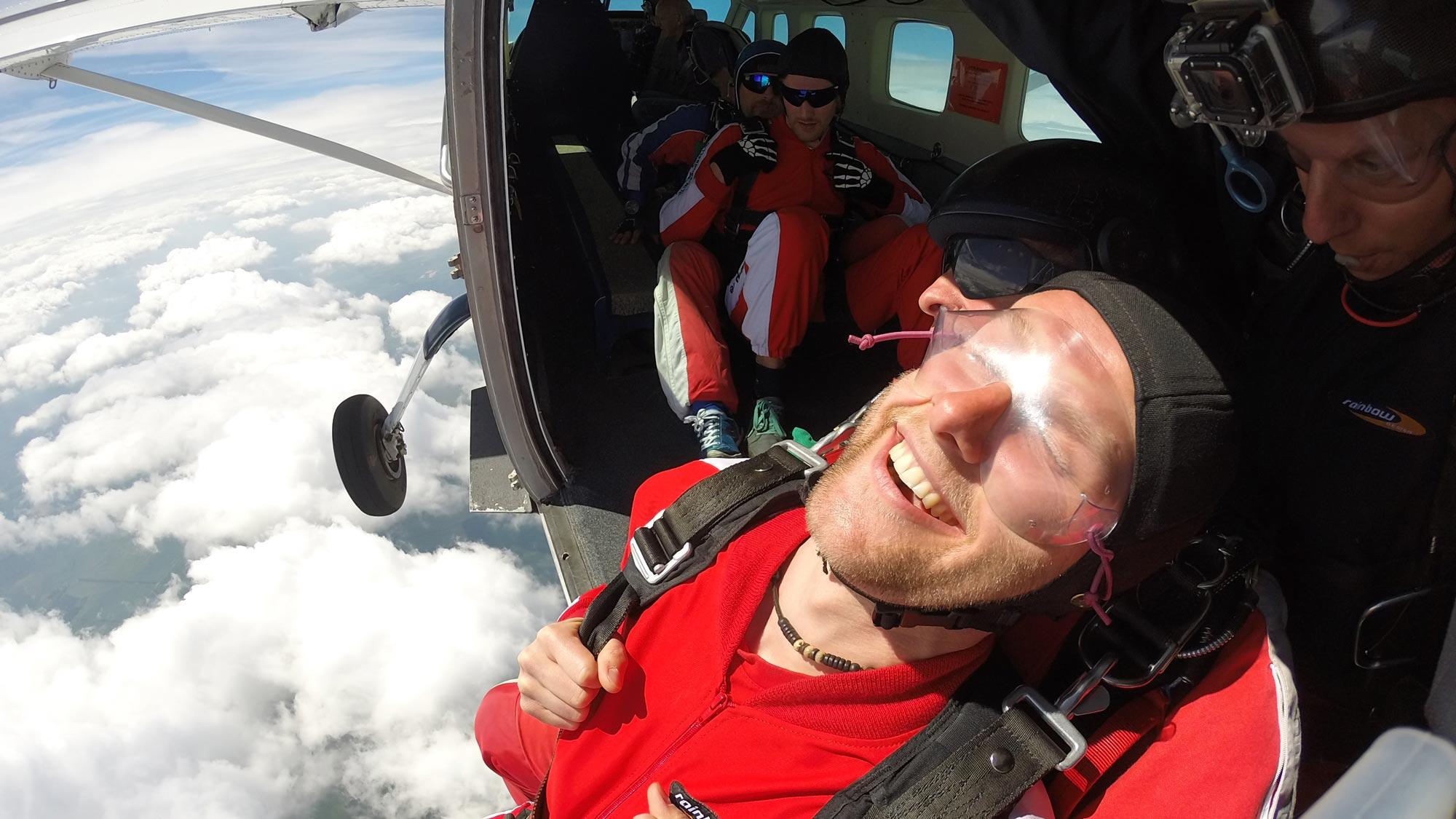 Team Event bei TAKE OFF in Berlin: Tandemspringer kurz vor dem Sprung aus dem Flugzeug