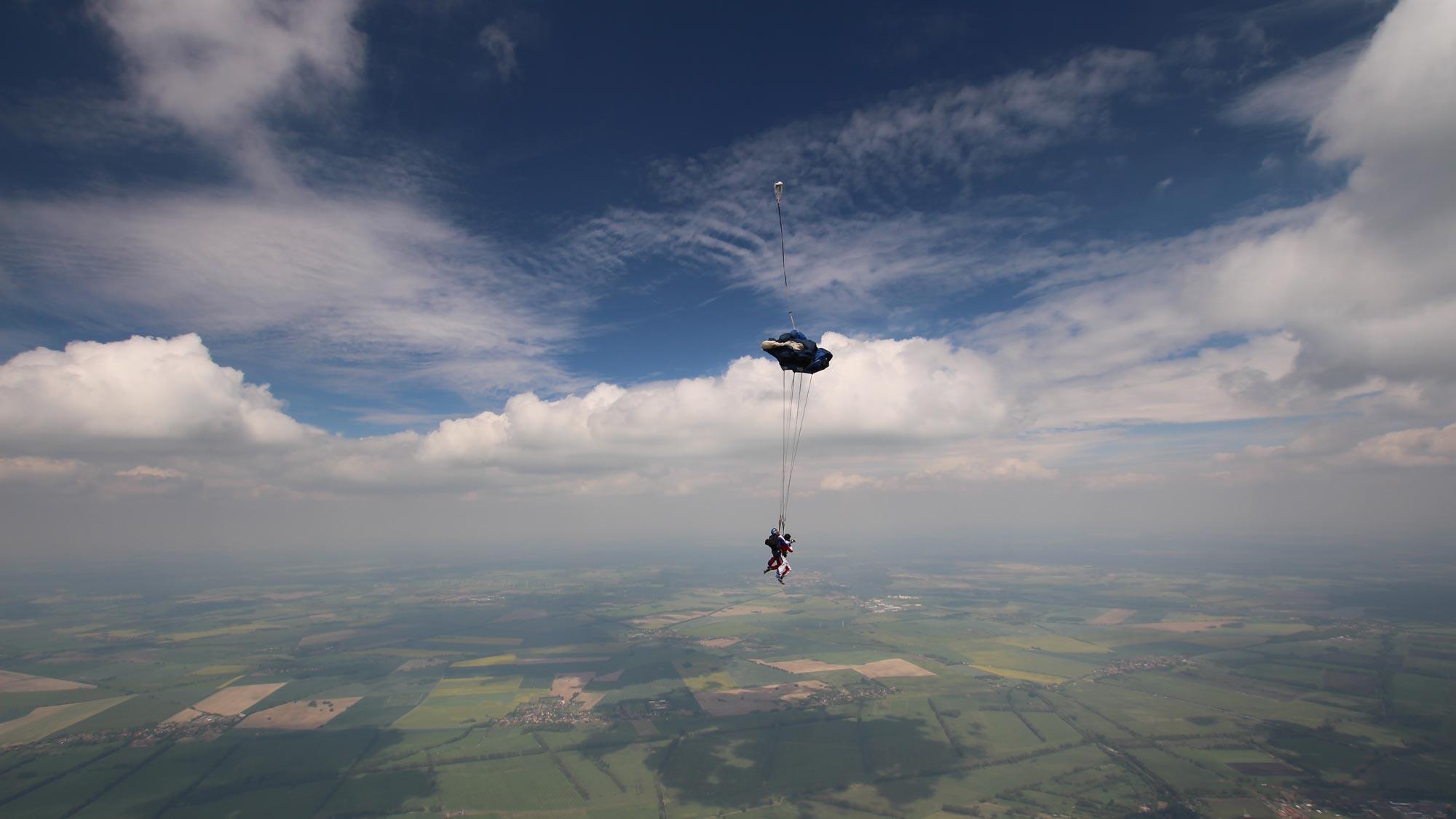 VOTUM Mitarbeiter beim Team Event: Foto vom Tandemsprung bei TAKE OFF - tolle Aussicht über Landschaft