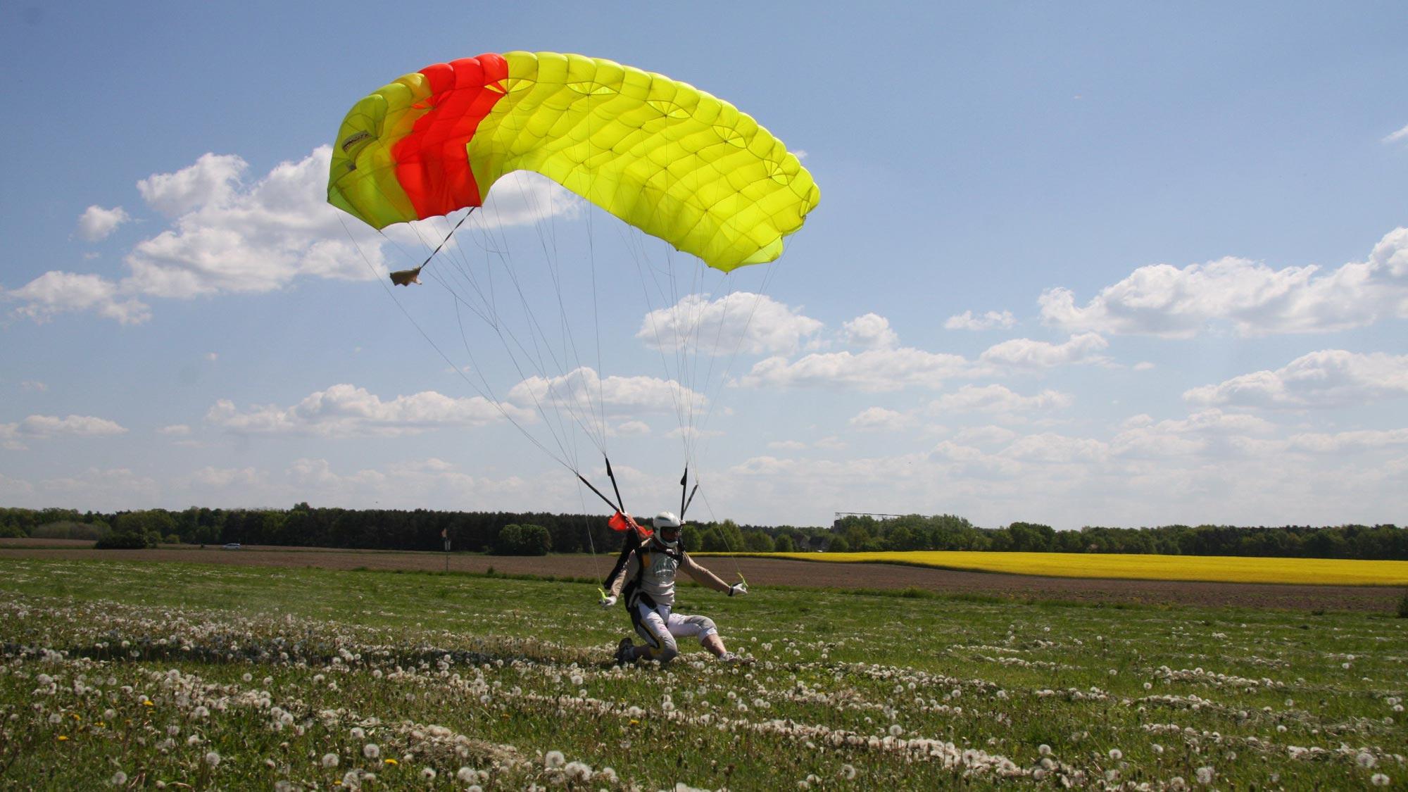 TAKE OFF Fallschirmspringen - Canopy Pilot auf dem Flugfeld