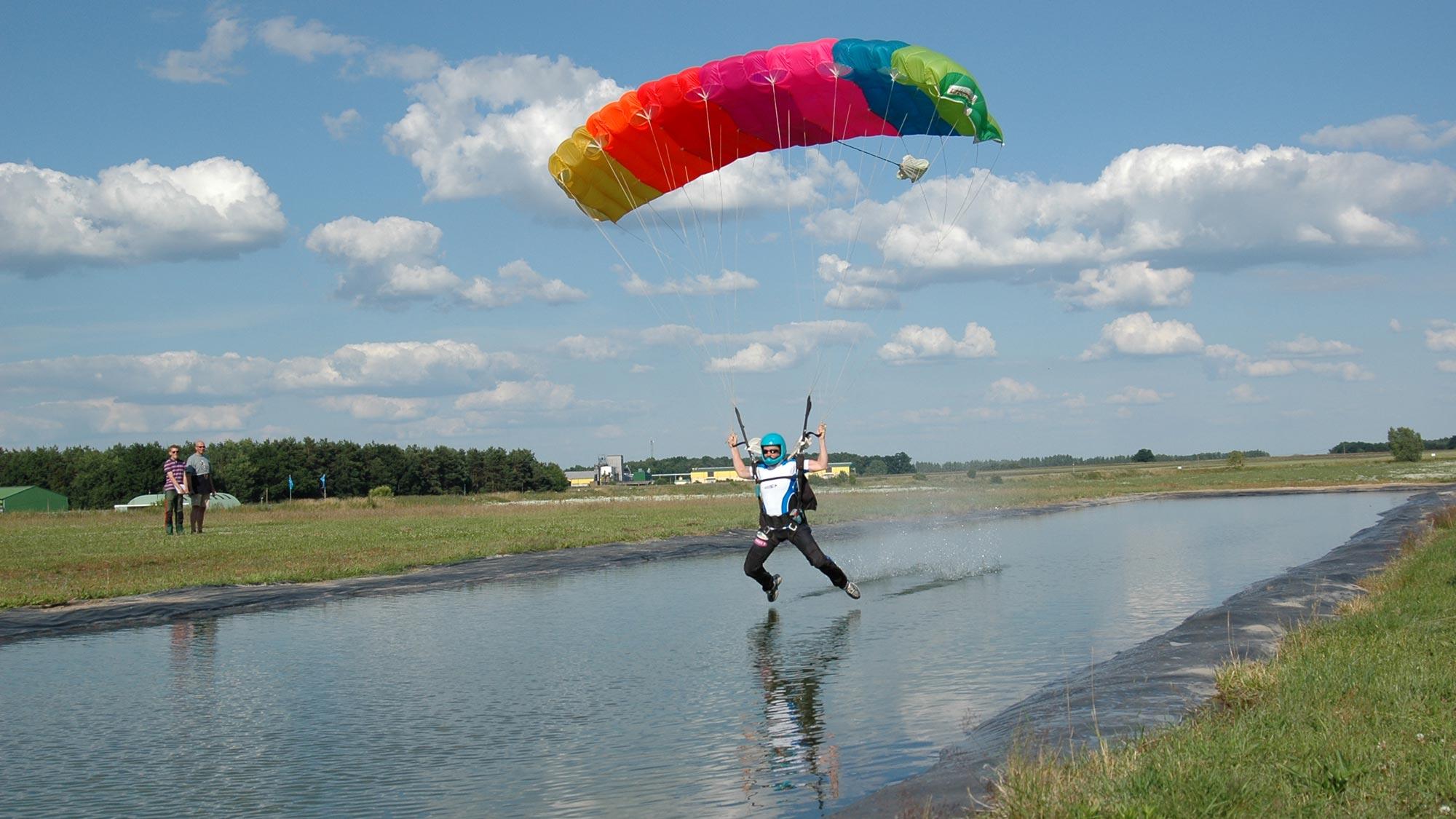 TAKE OFF Fallschirmsport - Canopy Pilot auf der Wasserbahn
