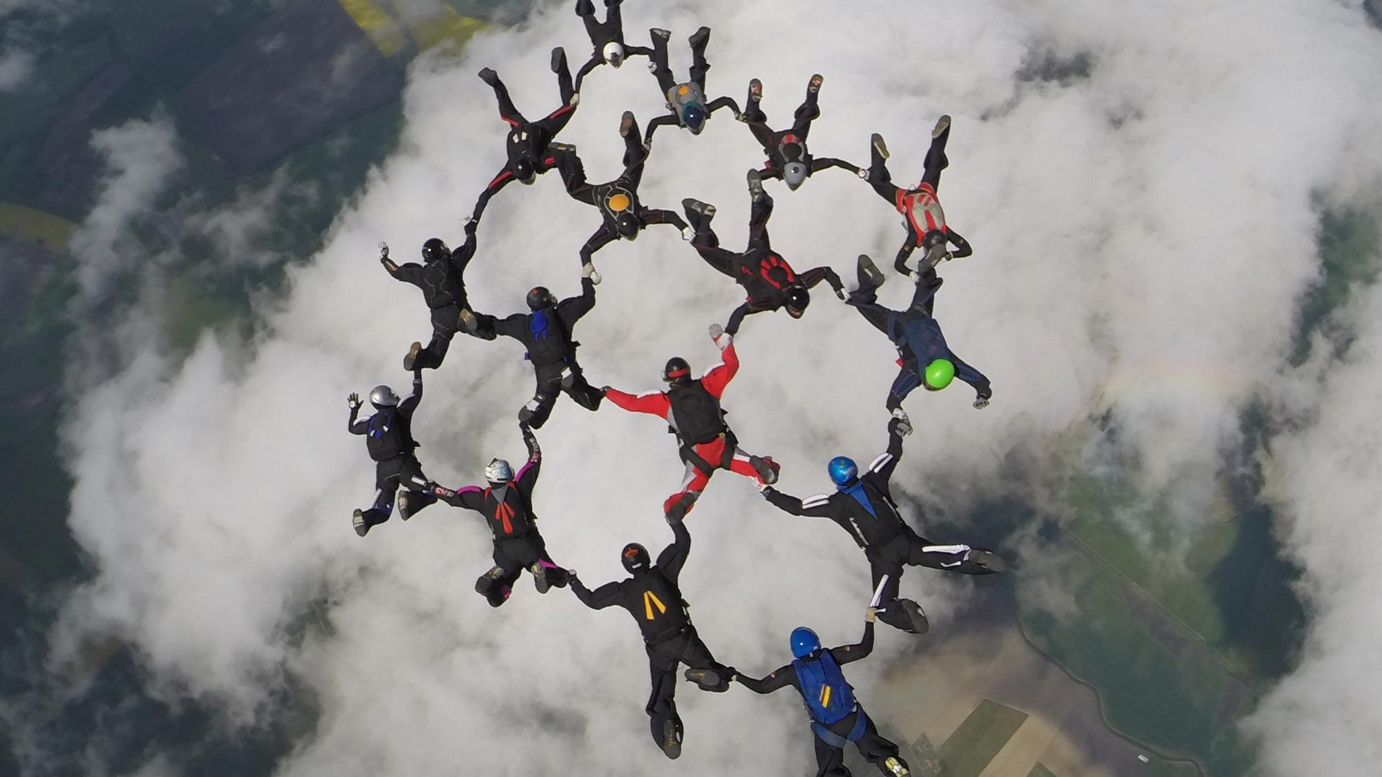 TAKE OFF Fallschirmsport - Gruppe aus 16 Formationsspringern bilden Figur