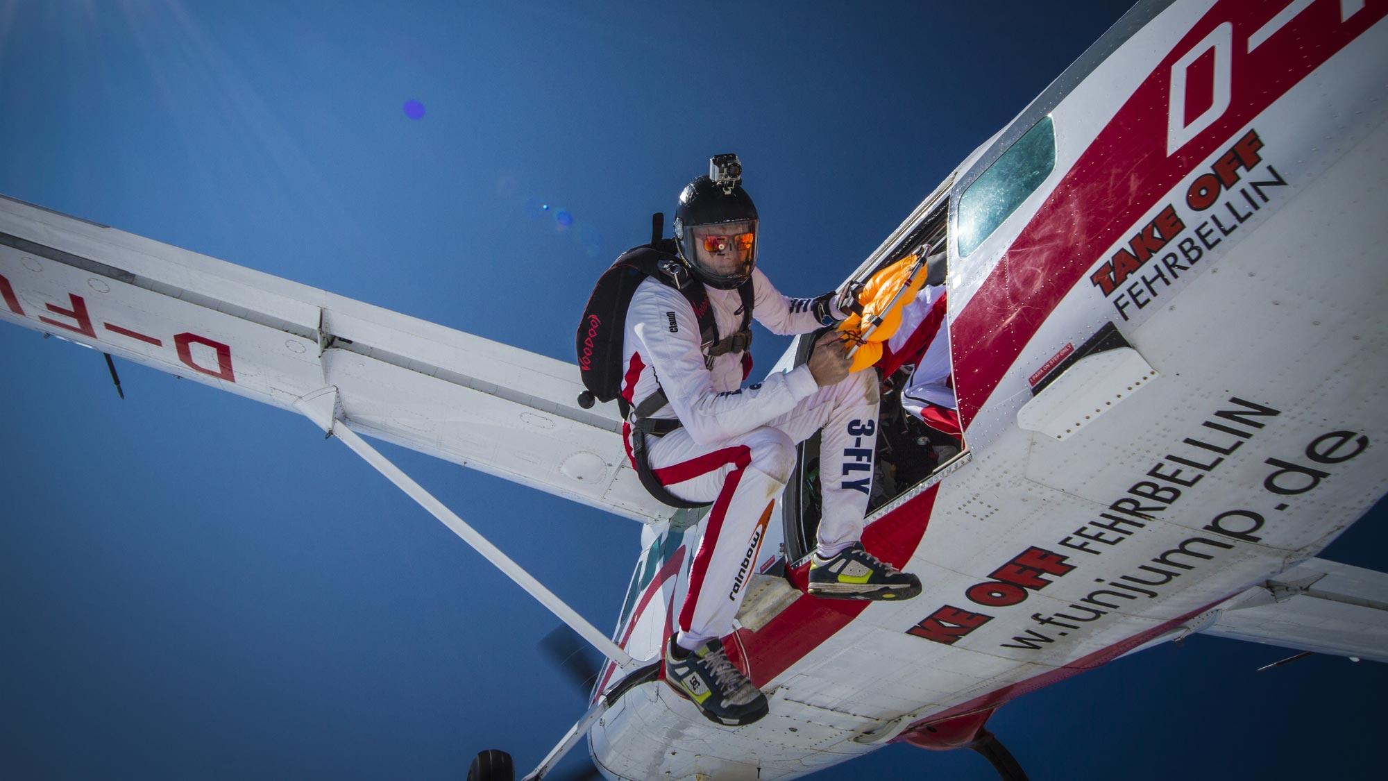 TAKE OFF Berlin - Freeflyer beim Ausstieg aus dem Flugzeug