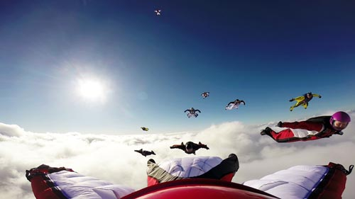 TAKE OFF Fallschirmspringen - 9 Wingsuit Flyer zusammen über den Wolken