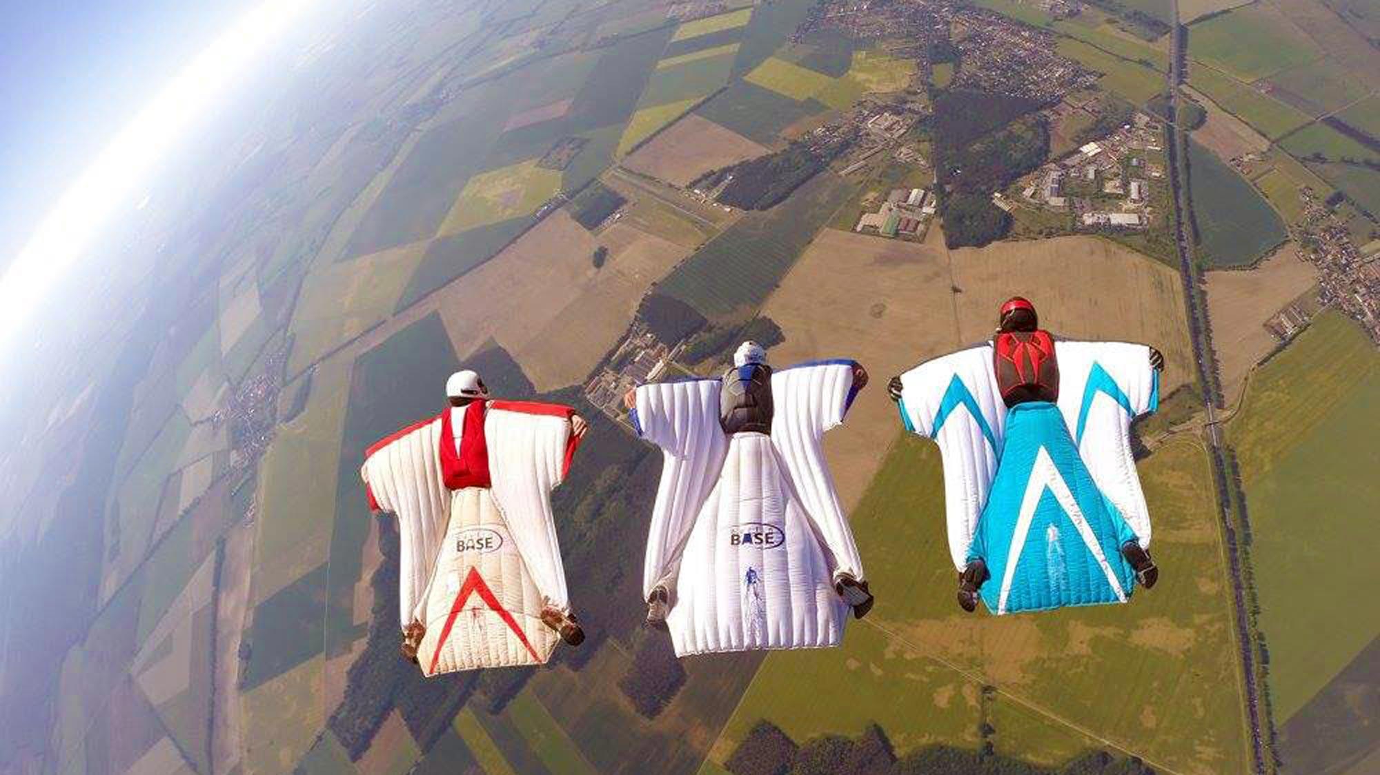 TAKE OFF Fallschirmsport - 3 Wingsuit Flyer in nebeneinander über dem Flugplatz Fehrbellin