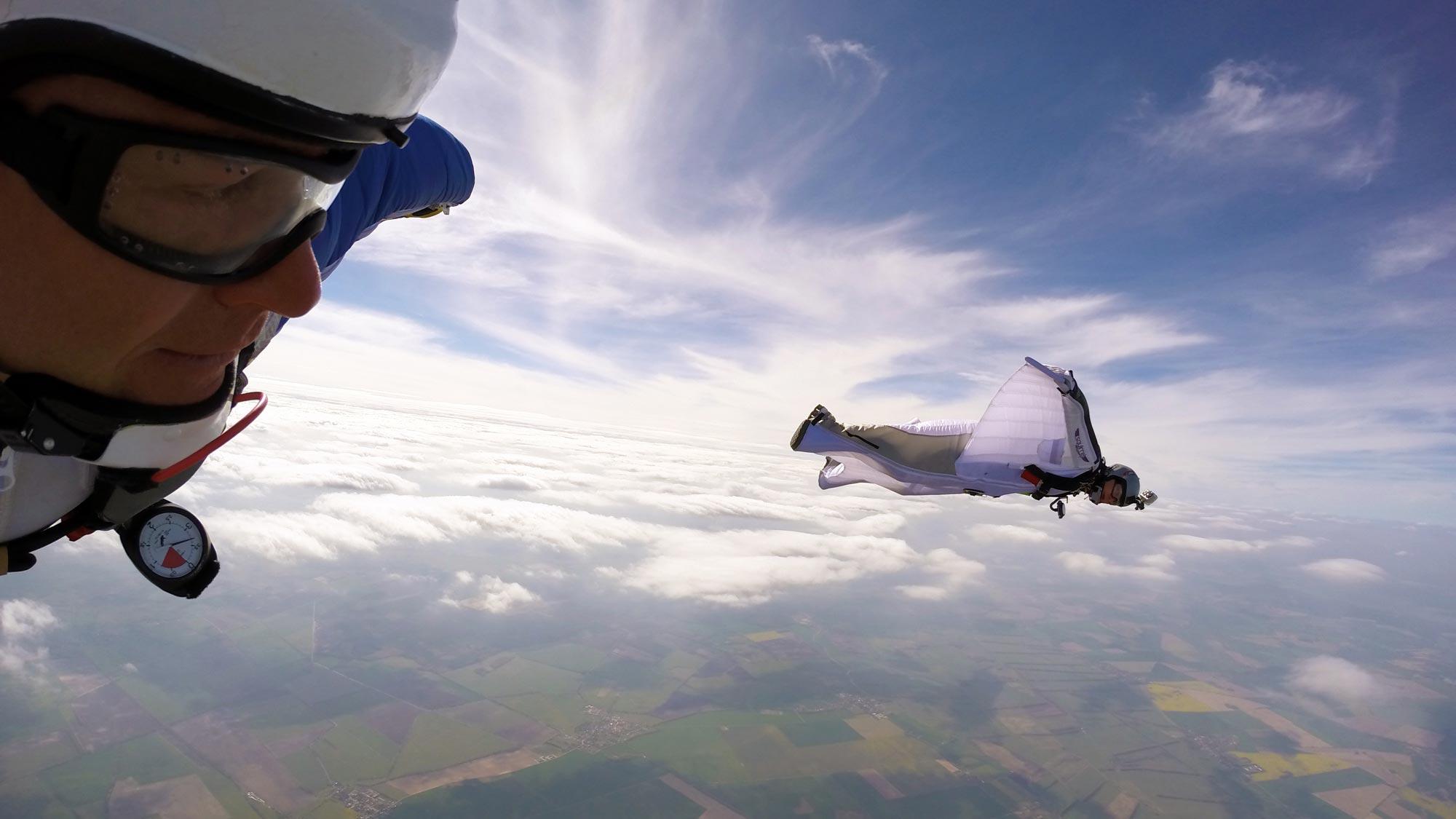 Fallschirmspringen bei TAKE OFF Berlin - Wingsuit Flying Training mit Aussicht über Fehrbellin