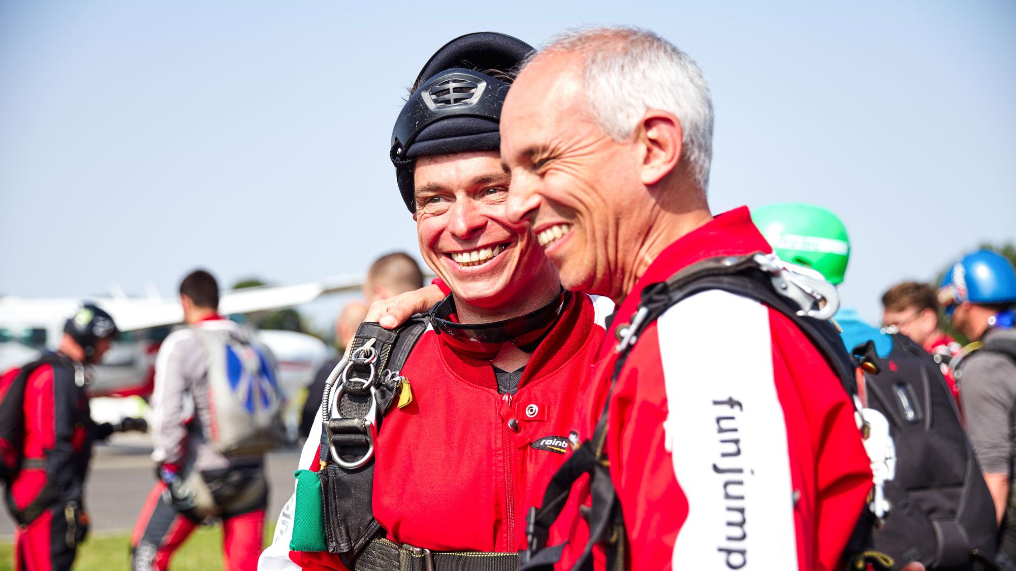 TAKE Off Berlin - Tandemspringen - Tandemteampilot und Tandemgast kurz vor dem Sprung