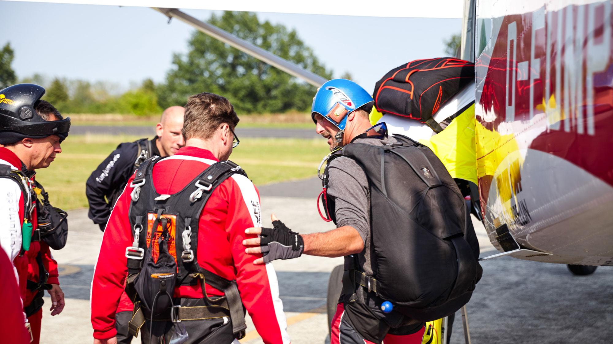 TAKE Off Berlin - Tandemspringen - Tandempilot weist Tandemgast vor dem Einstieg ins Flugzeug ein