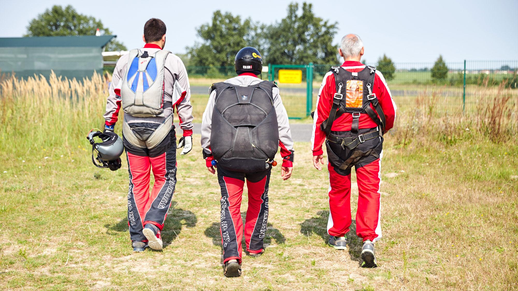 AKE Off Berlin - Tandemspringen - Zwei Tandempiloten und ein Tandemspringer auf dem Weg zum Flugzeug